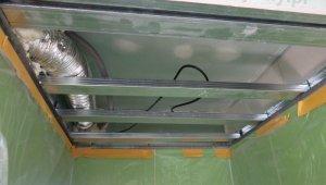 konstrukcja zabudowy prysznica, sufit podwieszany nad brodzikiem