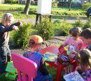 dzieci z sąsiedztwa rysują przed domem