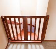 barierka przed schodami bezpieczeństwo dzieci