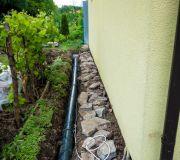rura odprowadzająca wodę z rynien do studni chłonnej