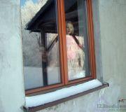 Zuzia wygląda przez okno