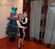 Mama i Zuzia w salonie obok choinki