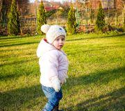 Julianna w ogrodzie przed domem