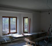 podwieszana półka z regipsu  z oświetleniem i podświetleniem w salonie, nowoczesny sufit