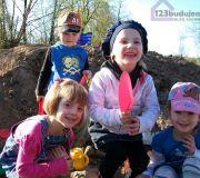 dzieci bawią się na hałdzie ziemi