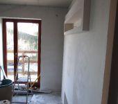 widok z boku zabudowy telewizora, ozdobna półka na ozdoby i zdjęcia