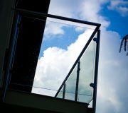 Szklana balustrada na balkonie