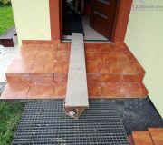 Płytki na schodach przed drzwiami wejściowymi