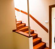 schody dębowe zabiegowe montaż hol przedpokój