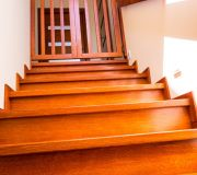 bezpieczne dziecko na poddaszu, barierka zabezpieczająca schody