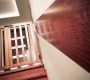 drewniana poręcz na klatce schodowej