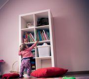 Dziecko sięga na półkę