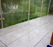 szklana balustrada w strugach deszczu
