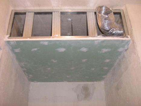 podwieszany sufit nad prysznicem