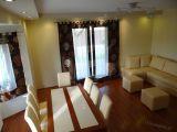 salon, stół i krzesła narożnik sofa ekoskóra krem