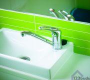 Umywalka w łazience, listro zielone płytki