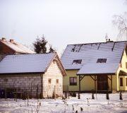 widok z tyłu działki, garaż wolno stojący taras okna dachowe zima