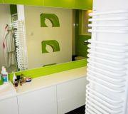 grzejnik łązienkowy ręcznikowiec białe szafki wiszące