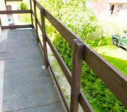 montaż barierki z desek na balkonie
