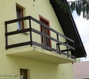 balkon nad podjazdem, barierka drewniana