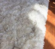 dywan shagi długowłosy w sypialni na poddaszu