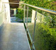Szklana balustrada, poręcz z nierdzewki - nowoczesny balkon
