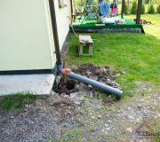 Odprowadzenie wody opadowej z rynien do studni chłonnej pod podjazdem