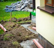 Co zrobić z deszczówką ? doprowadzić rurami z rynien do studni chłonnej