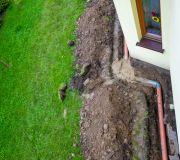 Rury wzdłuż domu w ziemi odprowadzać będą wodę z rynien