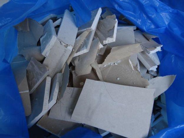 śmieci,gruz,resztki,połamane płyty kartonowo-gipsowe