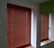poziome żaluzje aluminiowe w oknach drewnianych bezinwazyjne