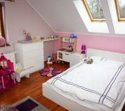 pokój dziecka, białe meble, różowe ściany