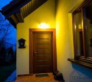 Zamontowane oświetlenie zewnętrzne nad drzwiami wejściowymi