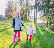 dzieci ciepły jesienny dzień