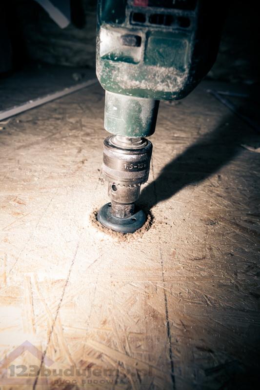 wiercenie przez krokiew na poddaszy montaż hustawki