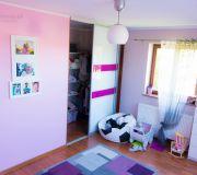 różowy przytulny pokój dziewczynki,