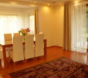 nowoczesny dywan brązowy  komplet stół i krzesła