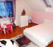 pokój dziecka, różowe ściany białe mebelki