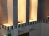 oświetlone półki w łazience