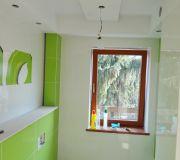 malowanie sufitu na biało w zielonej łazience