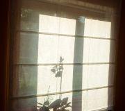 okno z roletą rzymską w stylu skandynawskim