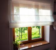 Dekoracyjna roleta rzymska okno drewniane