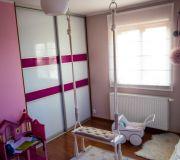 różowy pokój biała roleta szafa przesuwna huśtawka w pokoju dziecka