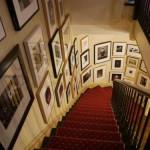 galerie zdjęć na klatce schodowej