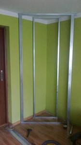 szkielet konstrukcji półek z oświetleniem