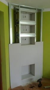 przykręcanie płyty czołowej zabudowy półek