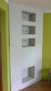 konstrukcja zabudowy półek z regipsu z oświetleniem