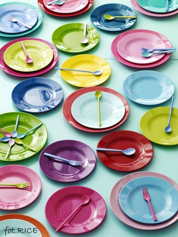 kolorowe talerzy i naczynia dla dzieci