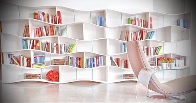 ciekawe półki na książki w pokoju