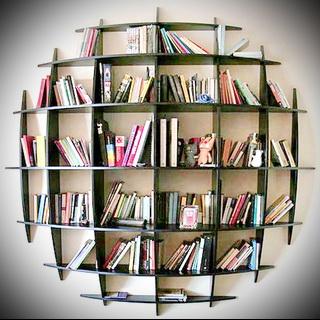 koło półki na książki